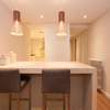Lámparas colgantes en barra de cocina