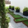 Lateral vivienda y acceso al jardín desde el exterior