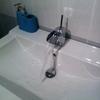 Lavabo con grifo de diseño tipo cascada