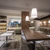 Mesa alta y taburetes para cocina tipo bar