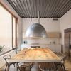 Mesa de comedor con lámpara de acero inoxidable