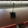 Micrófono debate y caja de conexión en mesa