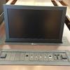 Monitor y caja de conexión en mesa