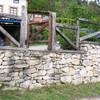 Enlucir muro de unos 15x3m, con cemento y mano de pintura blanca