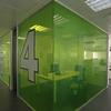 Otro detalle de un despacho con vidrio de color