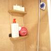paredes y estantes de mármol en zona ducha