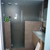 Baño principal con sanitarios independientes