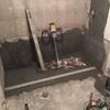 preparación de fondo y paredes para la instalación del plato de ducha.