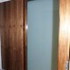 puerta corredera cristal panelado en madera de nogal