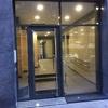 Puerta de aluminio con perfiles Technal