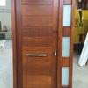Puerta moderna en madera natural