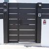 puerta peatonal de lamas de hierro con portero automático y buzón integrado