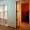 Puerta y estantería de separación de salas 1
