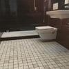 Reforma baño con WC y lavabos suspendidos.