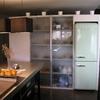 Reforma cocina en Barcelona: armarios con puertas semitransparentes