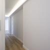Pasillo del piso de estilo moderno y iluminación LED en el techo