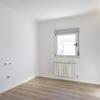 Dormitorio de estilo moderno, iluminación LED en el techo y ventana de aluminio