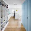 estantería blanca con pared de madera en azul