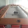 Sala de reuniones con monitores, sistema de conferencia y cajas de conexion