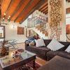 Salón abierto en una casa rústica
