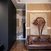 salón con arte moderno