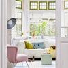 salón con cojines y sofa en tonos pastel