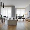 Salón con suelo de madera y paredes lisas en color gris
