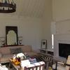 Salón con techos muy altos y paredes blancas