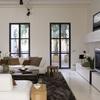Salón con ventanas balconeras