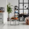 Salón conectado con la cocina y el comedor con paredes de vidrio y metal