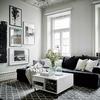 Salón escandinavo con sofá negro