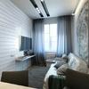 salón pequeño con fotomural y revestimientos de vidrio