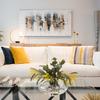 Sofá blanco y obras de arte