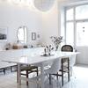 salón con suelos de madera blancos