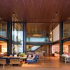 facaha de una casa con techo de madera