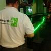 Técnico probando los tramos de tira de led