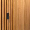Tirador diseñado para puerta del baño de cortesía incluido en el volumen revestido