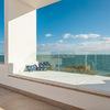 Una terraza con vistas al mar