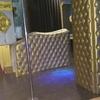 Viga y pared con forma tapizada en polipiel dorada con capitone