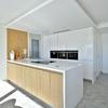 cocina blanca y beige