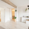Vista parcial salón comedor con cocina abierta
