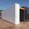 vivienda ecológica de fachada blanca