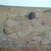Zócalo en piedra rústica rematado con granito