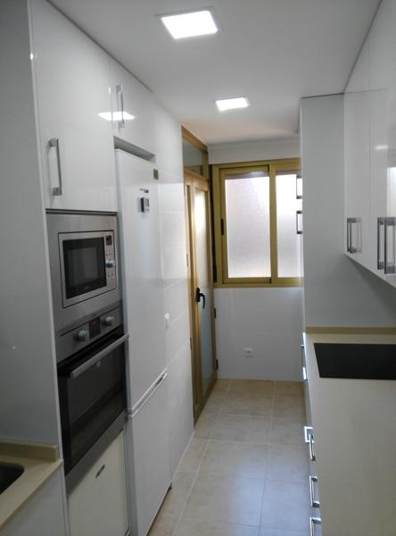 De qu colores elijo los muebles de una cocina peque a y - Iluminacion led cocina downlight ...