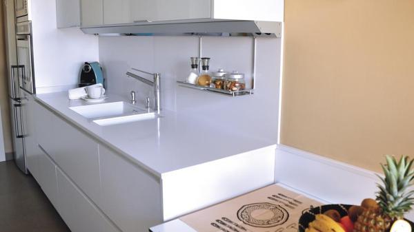 Colocar encimera silestone sin copete y sobre azulejo no for Cocina sin azulejos