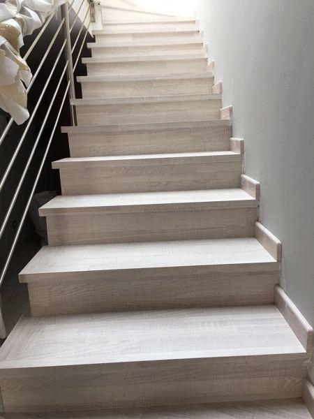 C mo poner revestimiento de madera en una escalera habitissimo - Revestimiento para escaleras ...