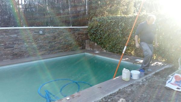 Hacer una piscina de obra cool piscinas familiares de for Cuanto cuesta una piscina
