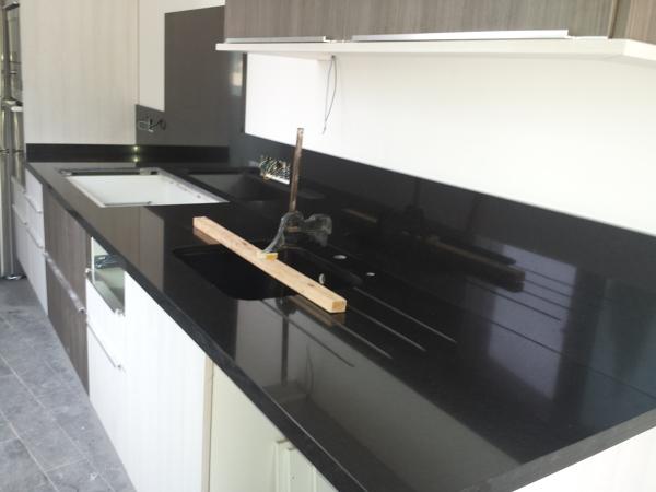 Cu l es el mejor material para una encimera de cocina for Marmol blanco con vetas negras
