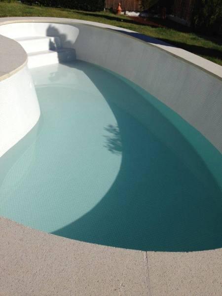 Cu l es el color del gresite de esta piscina habitissimo for Piscinas con gresite blanco