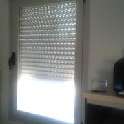 ¿Dónde puedo encontrar estores para ventanas abatibles?